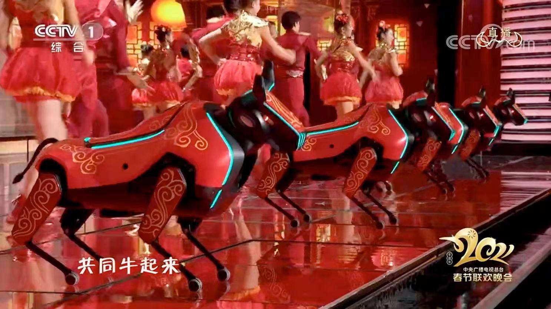 """优必选科技又双叒叕上春晚了,1岁的""""拓荒牛""""机器人萌翻舞台!"""
